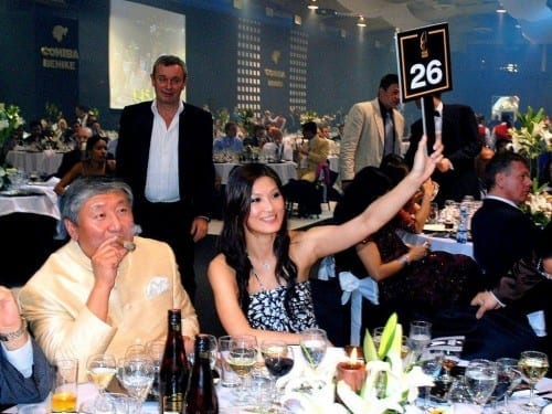 people bidding at festival del habano auction 2010