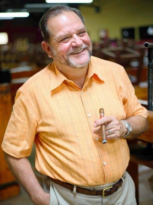 alejandro martinez cuenca portrait with cigar joya de nicaragua factory