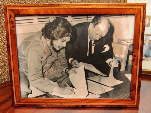 che guevara minister of industries heller meerapfel in cuba signing contract