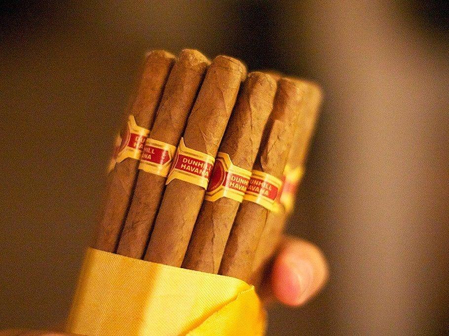 Une reife und eine Zigarre