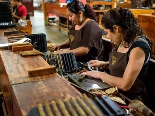 joya de nicaragua factory cigar roller at work