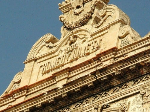 romeo y julieta factory plasterwork facade crown dedication 1905