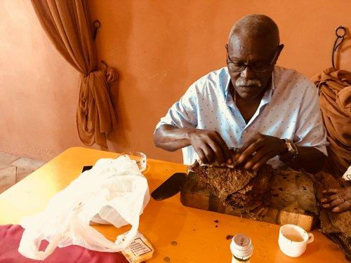 Torcedor Cueto lehrt Zigarre rollen