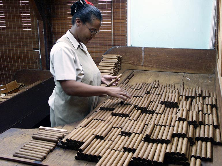 Sorting cigars by wrapper colours